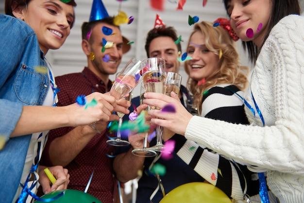 Uroczysty Toast Na Przyjęciu W Biurze Darmowe Zdjęcia