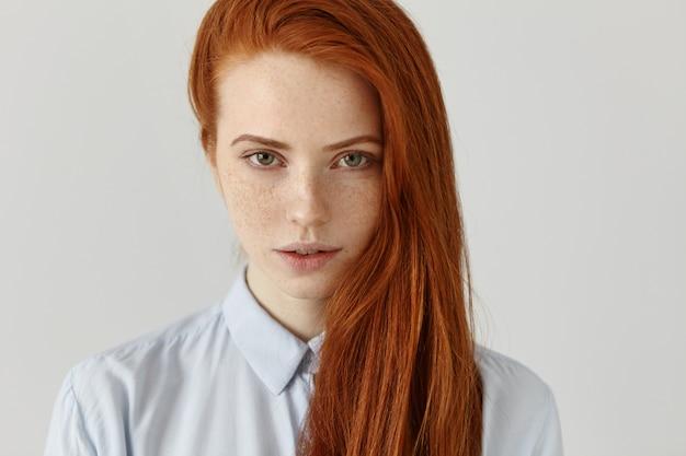 Uroda, Pielęgnacja Skóry I Włosów. Portret Uroczej Młodej Rudowłosej Europejki O Idealnie Czystej, Piegowatej Skórze Darmowe Zdjęcia