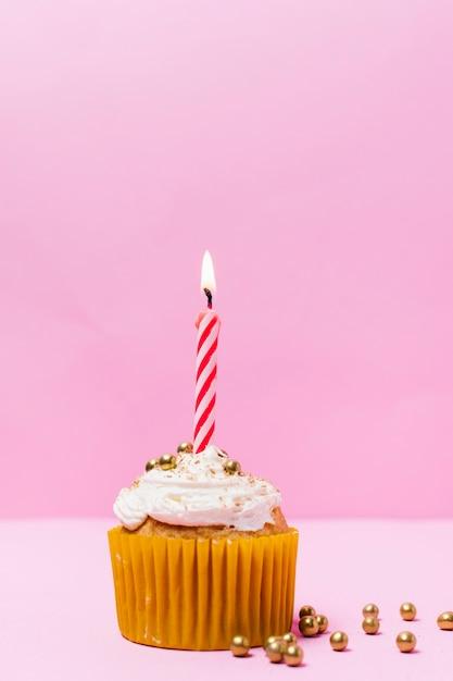 Urodzinowa Babeczka Z świeczką Na Różowym Tle Darmowe Zdjęcia