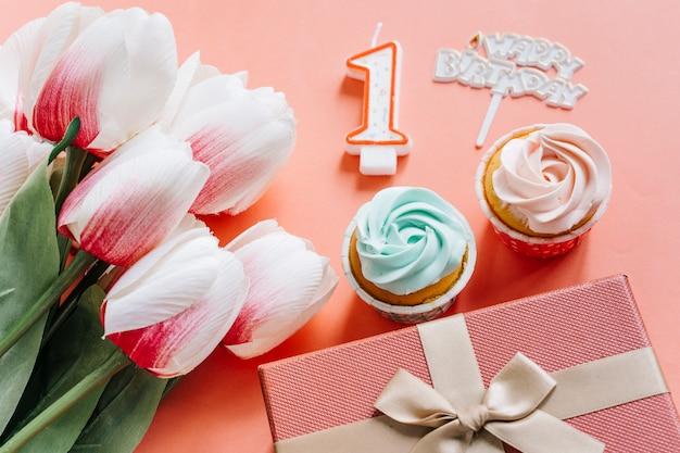 Urodzinowa babeczka z teraźniejszością i kwiatami Darmowe Zdjęcia