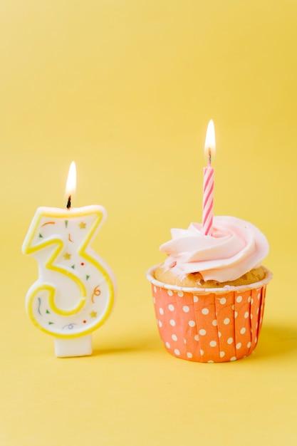 Urodzinowa babeczka z zaświecającą świeczką Darmowe Zdjęcia