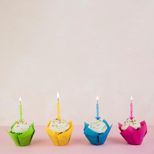 Urodzinowe babeczki i copyspace na wierzchołku Darmowe Zdjęcia