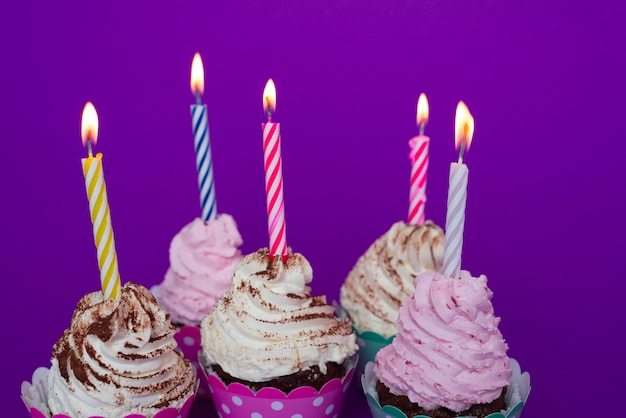 Urodzinowe Babeczki Z Zaświecającymi świeczkami Darmowe Zdjęcia