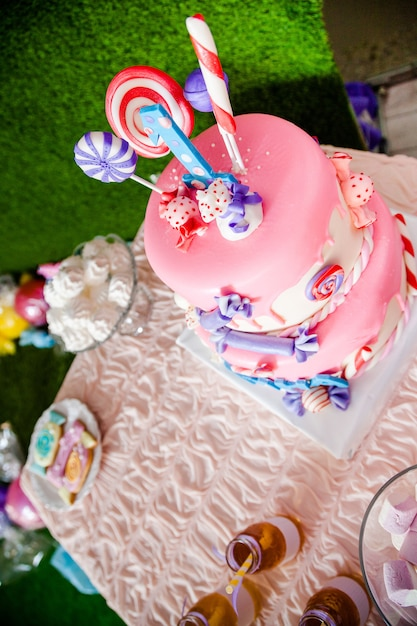 Urodzinowe Różowe Ciasto Z Cukierkami I Lizakami Premium Zdjęcia