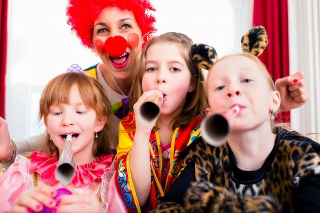 Urodziny dla dzieci z clown i dużo hałasu Premium Zdjęcia