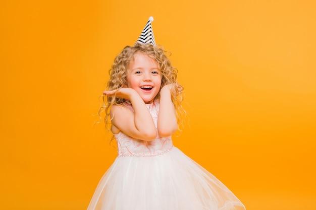 Urodziny Dziewczyny Uśmiechnięte Na Pomarańczowo Premium Zdjęcia