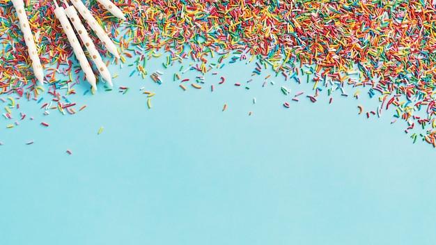 Urodziny I Impreza Koncepcja Tło Z Konfetti I świecami Na Niebiesko, Widok Z Góry, Miejsce, Baner Premium Zdjęcia