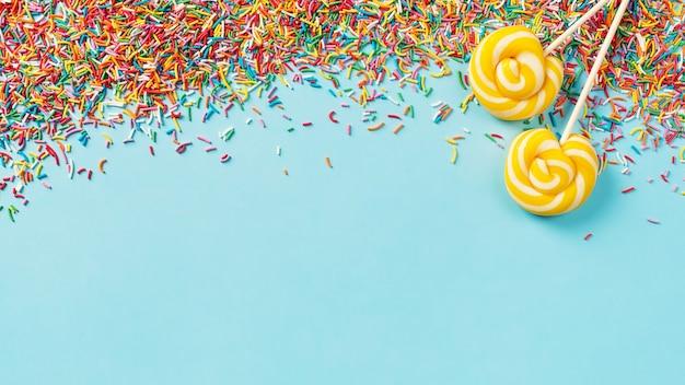 Urodziny I Przyjęcie Tło Koncepcja Z Konfetti I Lizakiem Na Niebiesko, Widok Z Góry, Miejsce, Transparent Premium Zdjęcia