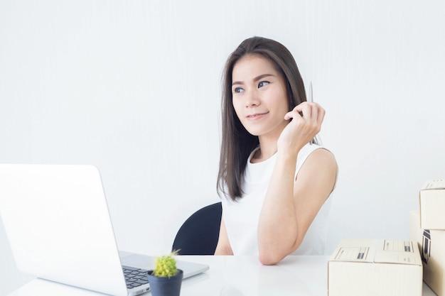 Uruchom małego przedsiębiorcę z sektora małych i średnich przedsiębiorstw lub niezależną kobietę pracującą w domu Premium Zdjęcia