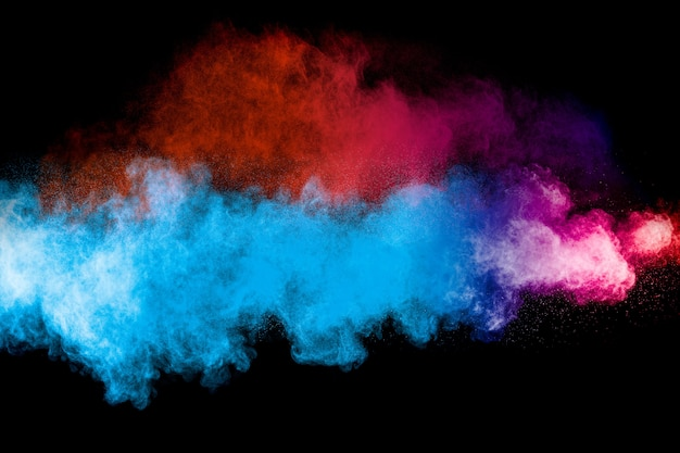 Uruchomiono wielokolorowy proszek na czarnym tle. eksplozja proszku w kolorze. kolorowe rozpryski pyłu. Premium Zdjęcia