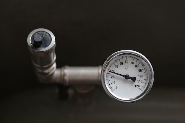 Urządzenie Do Pomiaru Temperatury Wody W Instalacji Grzewczej. Zawór Nadciśnieniowy W Przewodzie. Wysokiej Jakości Zdjęcie Premium Zdjęcia