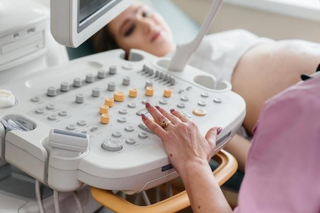 Urządzenie Usg Z Bliska Podczas Badania Lekarskiego Kobiety W Ciąży. Badanie Lekarskie Premium Zdjęcia