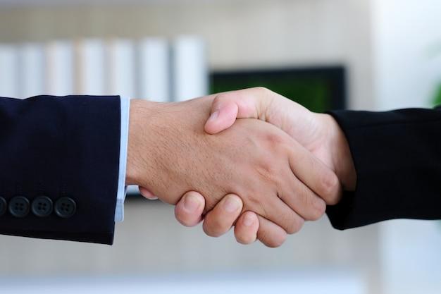 Uścisk Dłoni Biznesmen I Kobieta W Biurze, Współpraca Biznesowa, Sukces W Biznesie Premium Zdjęcia