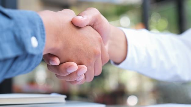 Uścisk dłoni businessmana po dobrej ofercie. Premium Zdjęcia