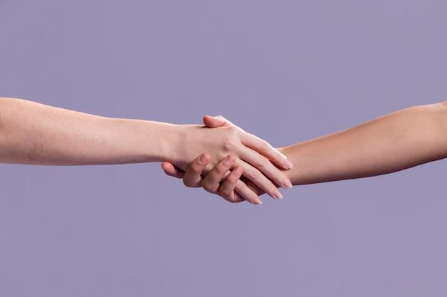 Uścisk Dłoni Kobiet Jako Znak Pokoju Premium Zdjęcia