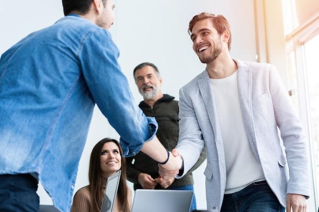 Uścisk Dłoni Ludzi Biznesu, Kończący Spotkanie. Uścisk Dłoni Premium Zdjęcia