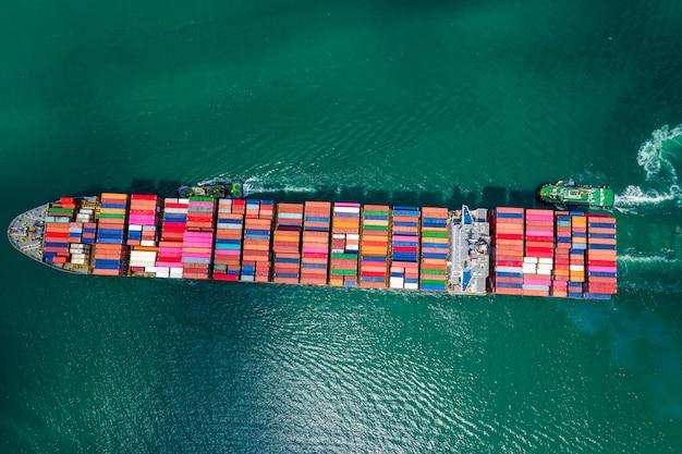 Usługi biznesowe wysyłka kontenerów towarowych import i eksport transport międzynarodowy fracht oceaniczny Premium Zdjęcia