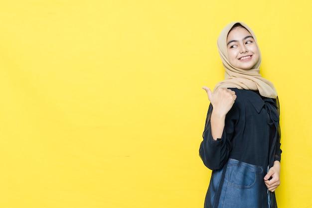 Uśmiech I Szczęśliwa Twarz Azjatyckich Kobiet Wskazują Na Pustą Przestrzeń Treści. Koncepcja Modelu Reklamowego. Premium Zdjęcia