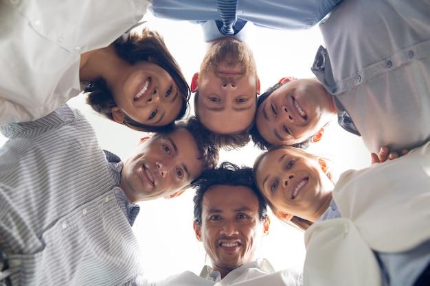 Uśmiecha się zespół biznes międzynarodowy tłoczyć Darmowe Zdjęcia