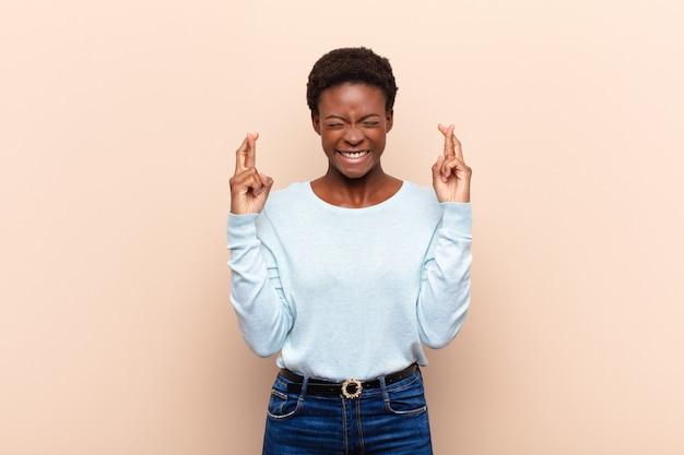 Uśmiechając Się I Niespokojnie Krzyżując Oba Palce, Martwiąc Się I Pragnąc Powodzenia Premium Zdjęcia