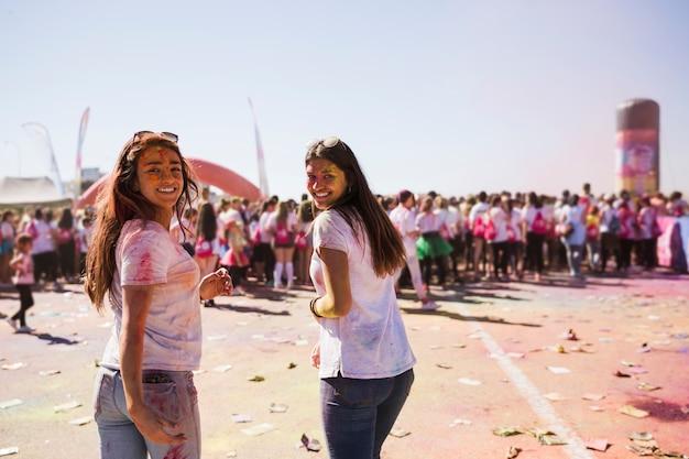 Uśmiechający Się Dwa Młodej Kobiety Cieszy Się Holi Festiwal Darmowe Zdjęcia