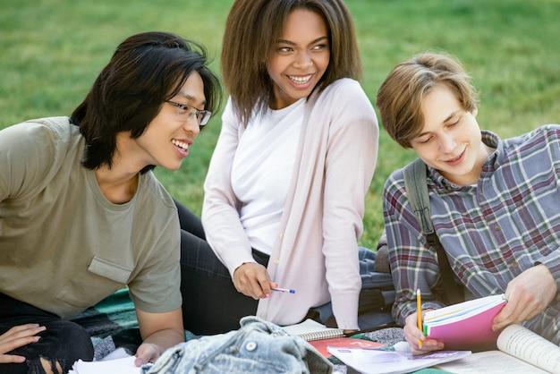 Uśmiechający Się Studentów Studiujących Na Zewnątrz Darmowe Zdjęcia