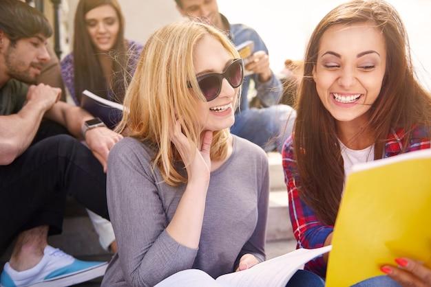 Uśmiechnięci Koledzy Po Przerwie Na Uniwersytecie Darmowe Zdjęcia