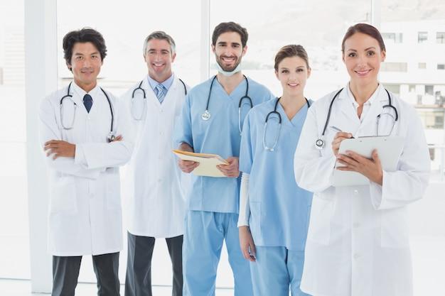 Uśmiechnięci Lekarze Wszyscy Stojąc Razem Premium Zdjęcia