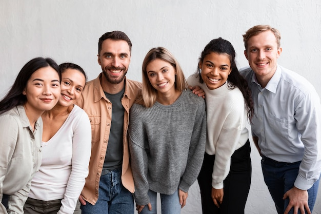 Uśmiechnięci Ludzie Uczęszczający Na Sesję Terapii Grupowej Premium Zdjęcia