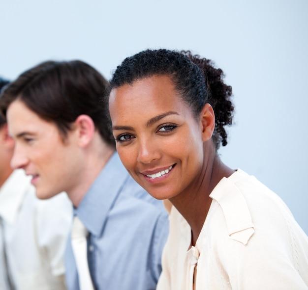 Uśmiechnięci Młodzi Ludzie Biznesu Przy Pracą Premium Zdjęcia