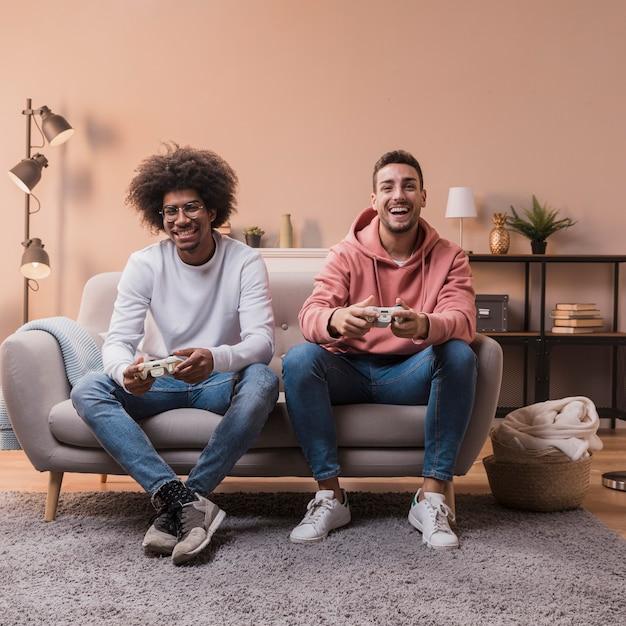 Uśmiechnięci Przyjaciele Grający W Joystick Darmowe Zdjęcia