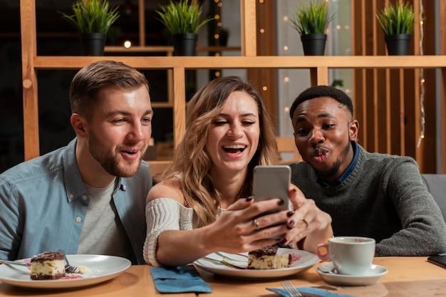 Uśmiechnięci Przyjaciele Robią Selfie Darmowe Zdjęcia