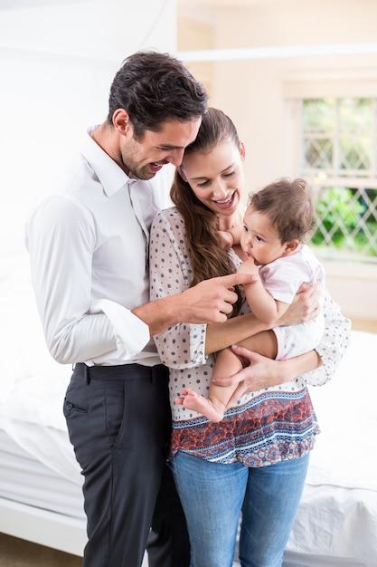 Uśmiechnięci rodzice bawić się z dzieckiem Premium Zdjęcia