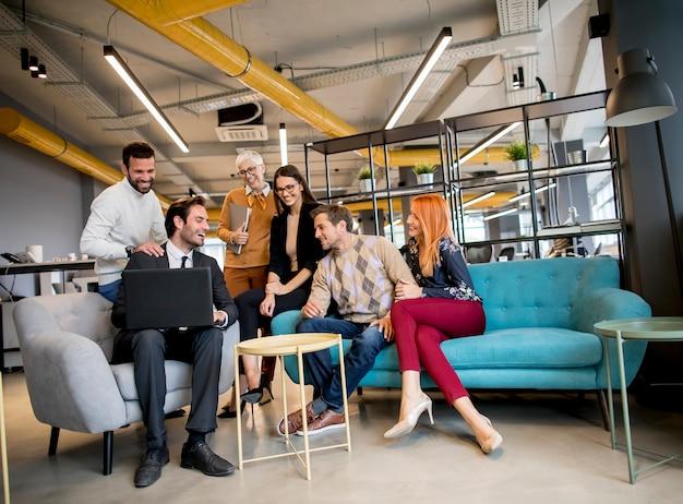 Uśmiechnięci Różnorodni Biznesmeni Opowiada W Biurze Premium Zdjęcia