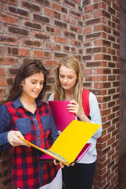 Uśmiechnięci Ucznie Czyta Książkę Przy Uniwersytetem Premium Zdjęcia