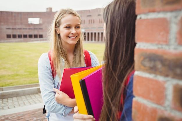 Uśmiechnięci Ucznie Opowiada Plenerowego Przy Uniwersytetem Premium Zdjęcia