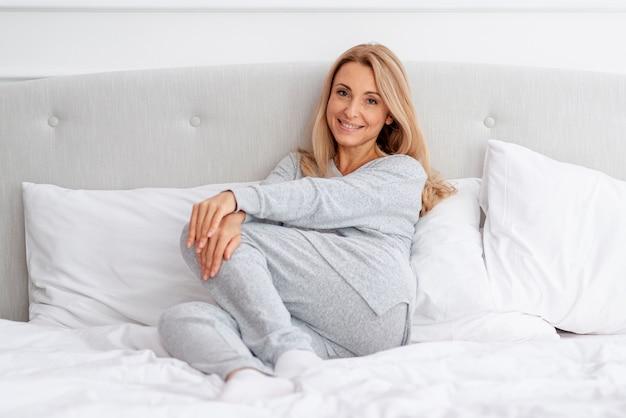 Uśmiechnięta Blondynki Kobieta Relaksuje W łóżku Darmowe Zdjęcia