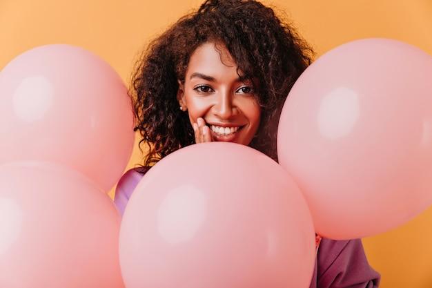 Uśmiechnięta Czarna Piękna Kobieta Z Balonami. Urodziny Dziewczyna Na Pomarańczowym Tle. Darmowe Zdjęcia