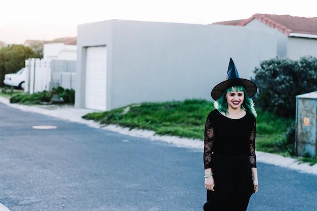 Uśmiechnięta Czarownica Na Podmiejskiej Ulicy Darmowe Zdjęcia