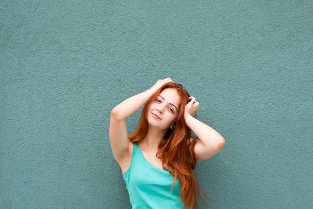Uśmiechnięta dziewczyna rude włosy Premium Zdjęcia