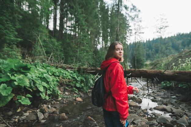 Uśmiechnięta Dziewczyna Turysta Piesze Wycieczki Premium Zdjęcia