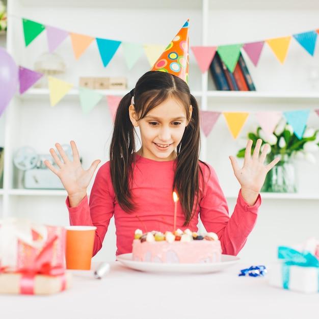 Uśmiechnięta dziewczyna z urodzinowym tortem Darmowe Zdjęcia