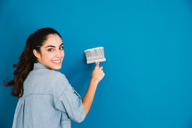 Uśmiechnięta kobieta malowanie Darmowe Zdjęcia