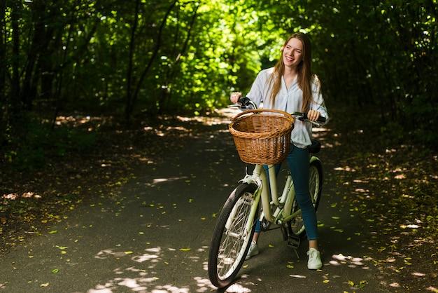 Uśmiechnięta Kobieta Na Jej Rowerze Darmowe Zdjęcia
