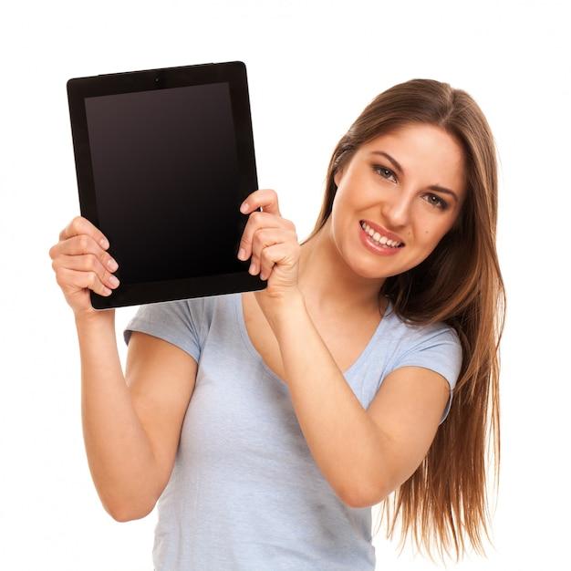 Uśmiechnięta kobieta pokazuje ipada Darmowe Zdjęcia