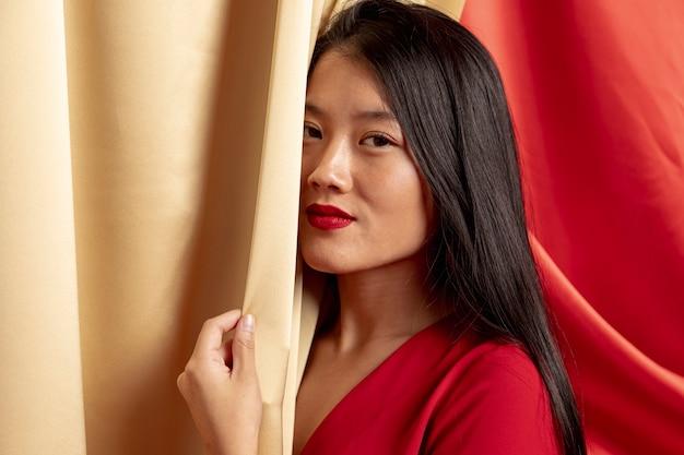 Uśmiechnięta Kobieta Pozuje Dla Chińskiego Nowego Roku Darmowe Zdjęcia