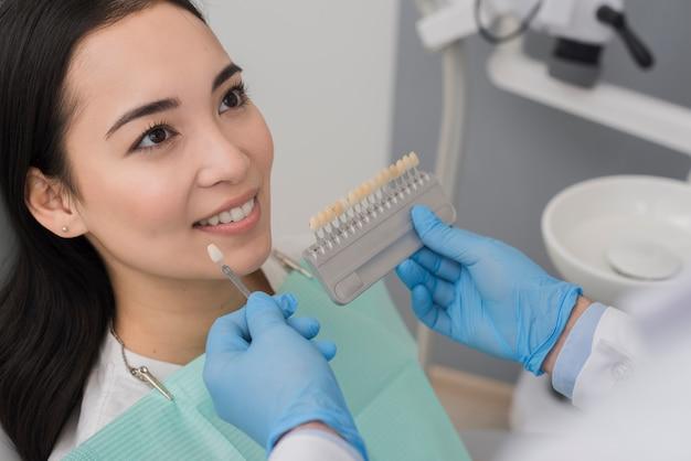 Uśmiechnięta kobieta przy dentystą Darmowe Zdjęcia