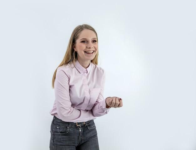 Uśmiechnięta Kobieta W Koszuli Stojącej Za Białą ścianą Darmowe Zdjęcia