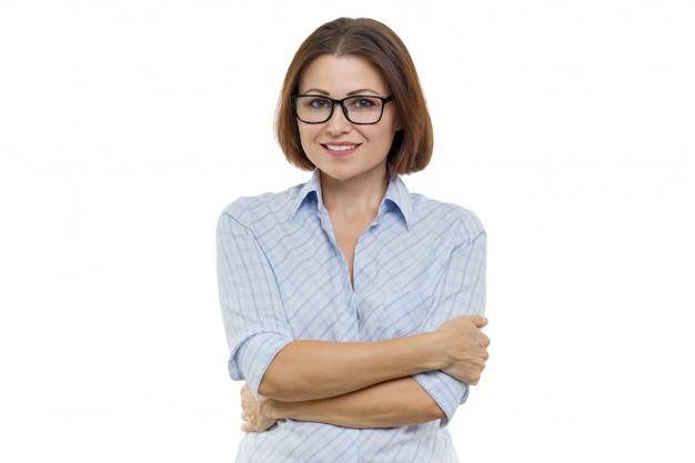 Uśmiechnięta Kobieta W średnim Wieku Z Założonymi Rękami Premium Zdjęcia