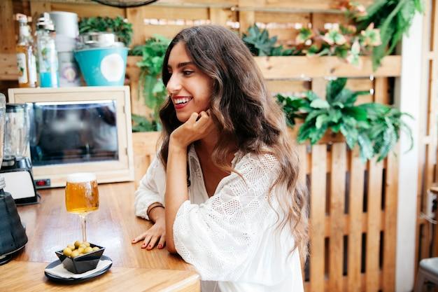 Uśmiechnięta Kobieta Z Oliwek I Piwa Darmowe Zdjęcia